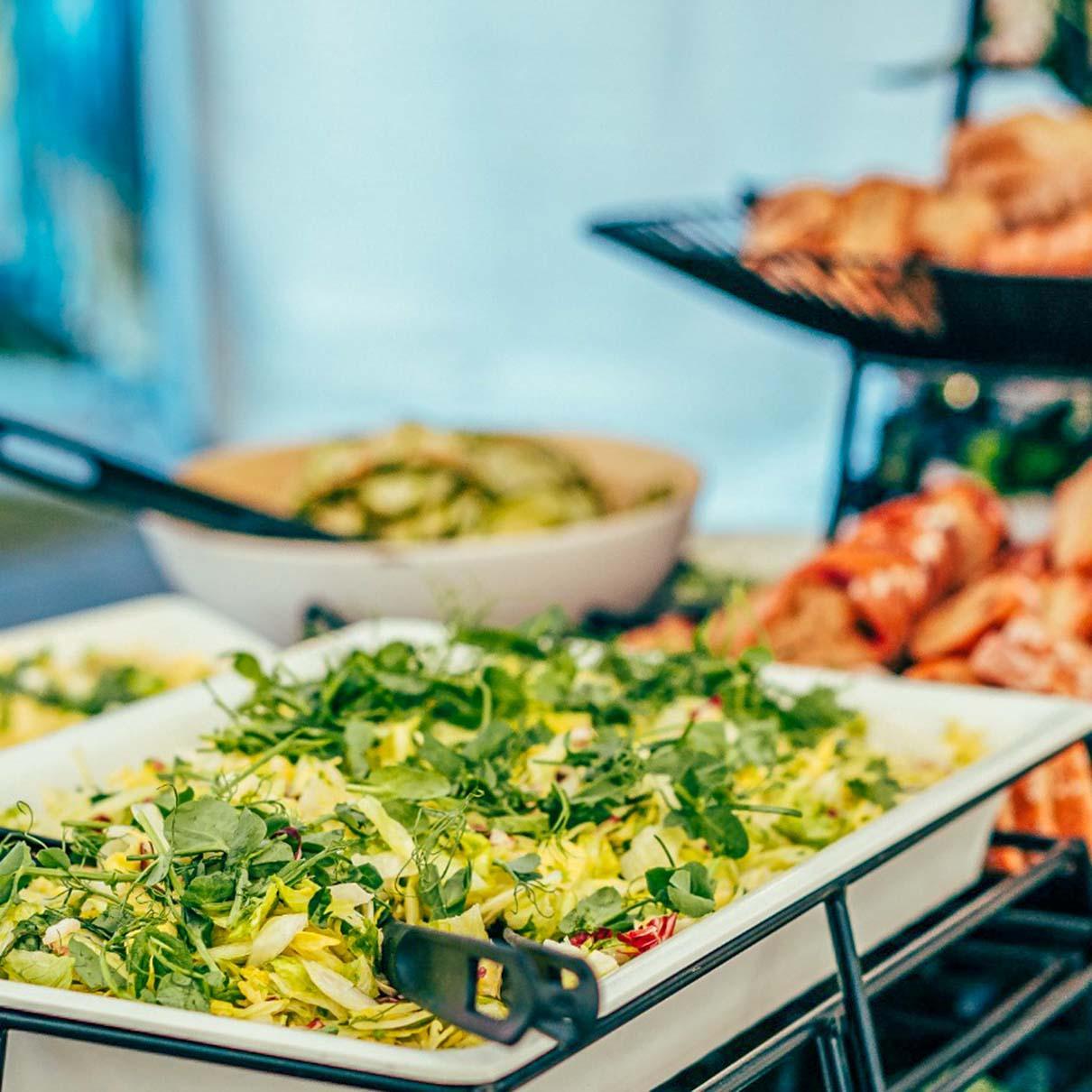 Salaattia buffetissa